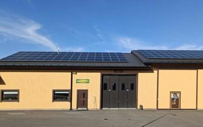 Lihamaisterin tuotantohallin katto muuttui aurinkovoimalaksi